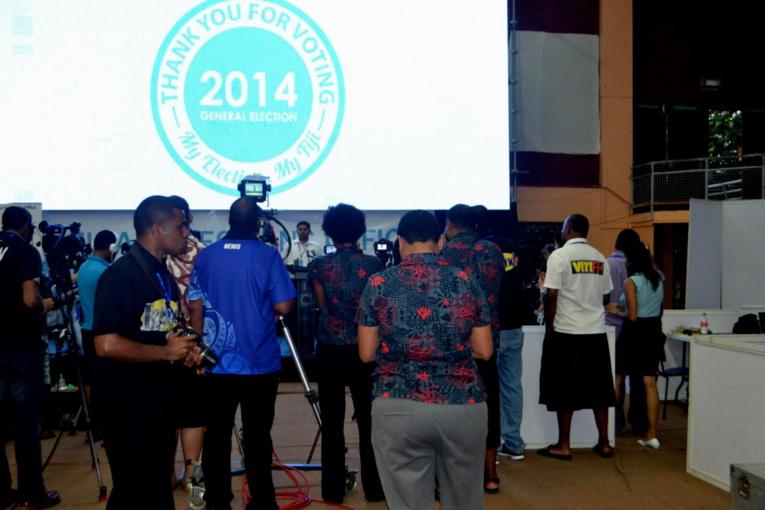 « Merci d'avoir voté » : le dépouillement a commencé mercredi soir dans une grande salle omnisports de Suva   [188 Kb]