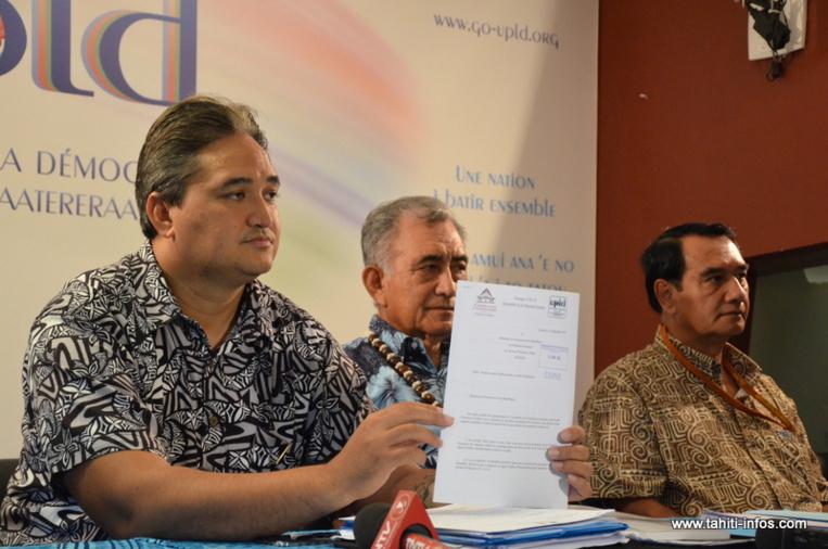 Le sénateur Richard Tuheiava présente la plainte déposée jeudi et signée par les onze représentants souverainistes de l'Assemblée. Le document dénonce les conditions de l'attribution du marché pour la conception du Tahiti Mahana Beach au Hawaiien Group 70 International.