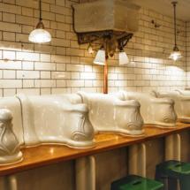 Boire un verre ou dîner dans d'anciennes toilettes publiques, c'est tendance à Londres