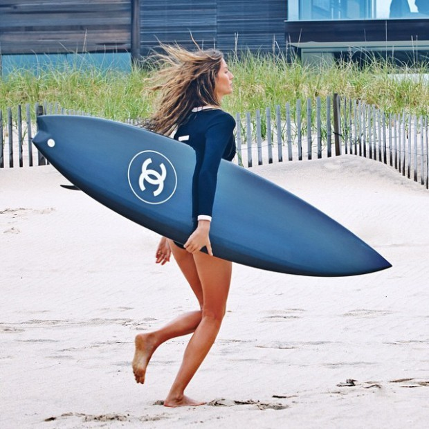 Buzz Surf – Pub Chanel : la top model brésilienne Gisèle Bündchen 'surfe' Teahupo'o (?)