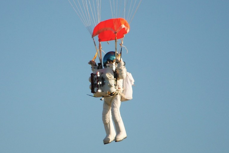 Un haut responsable de Google saute en chute libre à 41,4 km d'altitude