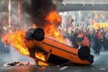 """Belgique: les internautes """"remboursent"""" une voiture brûlée pendant une manifestation"""