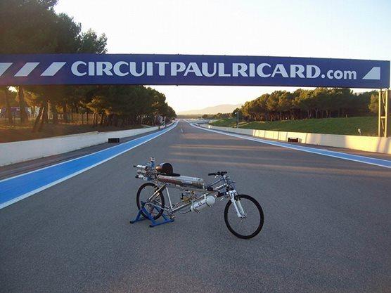 333km/h un Vélo-fusée qui roule plus vite qu'une Ferrari ! (Vidéo)