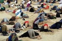 """Climat: des """"autruches"""" humaines la tête dans le sable à Sydney pour alerter le G20"""