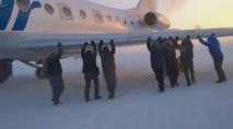 Russie: des passagers poussent leur avion gelé pour l'aider à décoller