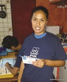 Vaitiare Rimaono, superviseur de la zone Mahina-Faa'a et patronne de notre enquêteur Eren (derrière elle en train de remplir notre carnet)