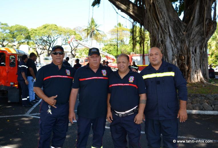 Léonard Tauru, Frédéric Nena, John Marae et Raymond Maruaitu s'apprêtent à recevoir une médaille d'honneur. Deux autres pompiers auront aussi cet honneur : Hugues Meuel et Patrick Vairaaroa.