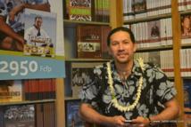 A peine arrivé de métropole ce mardi matin, Teheiura Teahui a tenu une conférence de presse ce mardi chez son éditeur local, Au Vent des îles. Après une semaine de promo intense (voir le programme en encadré), il repartira le jeudi 18 décembre.