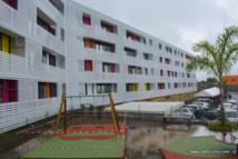 La résidence Teiviroa à Outumaoro est un bâtiment de 25 logements (10 F3, 9 F4 et 6 F5, de 60 à 100m2). Avec l'aide familiale au logement (AFL), les bénéficiaires paieront un loyer compris entre 15 000 à 40 000 Fcfp. La construction de cette résidence a coûté au total 696,2 millions de Fcfp (payés 40% par l'Etat, 40% par le Pays, 20% par l'OPH).