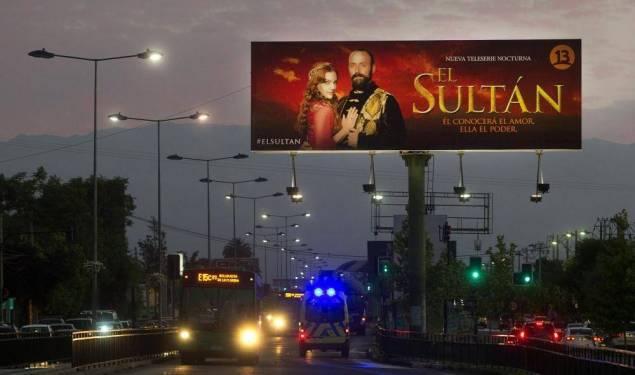 """Au Chili, un panneau publicitaire pour la série turque, """"Le Sultan"""", inspirée de la vie de Soliman le Magnifique, l'un des monarques les plus éminents de l'Empire ottoman au XVIe siècle."""