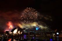 A Sydney, des tonnes d'explosif ont déjà été tirées en gerbes multicolores au dessus de la baie. Avec le décalage horaire, Les Australiens sont déjà en 2015 (Mercredi 31 décembre 2014)