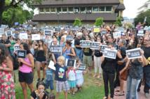 """Jeudi soir déjà plusieurs centaines de personnes s'étaient rassemblées place Tarahoi. Un nouvel appel est lancé pour ce dimanche 11 janvier 11 heures sous la bannière commune """"Je suis Charlie""""."""