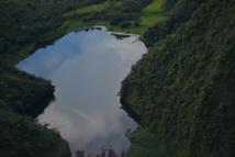 Depuis 2008, l'accès au lac de Vaihiria est devenu quasi impossible en raison du blocage de la route traversière. A moins de passer par la côte Est et la vallée de la Papenoo.