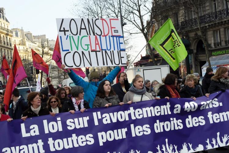 Manifestation à Paris pour le droit des femmes et l'IVG