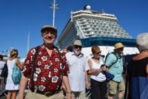 """Le 12 octobre 2014 à Papeete, 3500 touristes débarquent en ville de deux bateaux de croisières, le """"Silver Shadow"""" et le """"Celebrity Solstice"""". Heureusement pour la circulation en ville, c'était un dimanche !"""