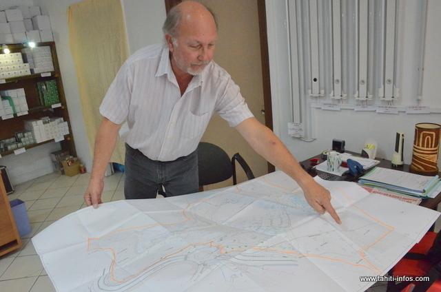 Patrick Genet, représentant local de la société Aquakita, présente le projet de parc aquatique tel qu'il pourrait être réalisé associé à un hôtel 3 étoiles sur le site du Tahara'a à Arue
