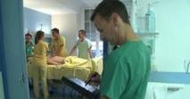 Apprendre le toucher vaginal sur des patientes endormies: des médecins alertent le gouvernement