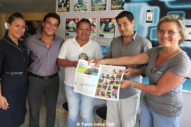Nathalie Montelle présente le trombinoscope des 18 lauréats du concours dans le Tahiti Infos Papier