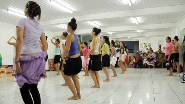 """Episode 1 : Makau, Martin et Merehau, écrivent le thème de """"Te Huritau"""" en s'inspirant d'un rite ancien collecté dans les années 30 par des ethnologues américains. Mais c'est également le début des entraînements physiques, la sélection des meilleurs danseurs et les recherches rythmiques des musiciens."""
