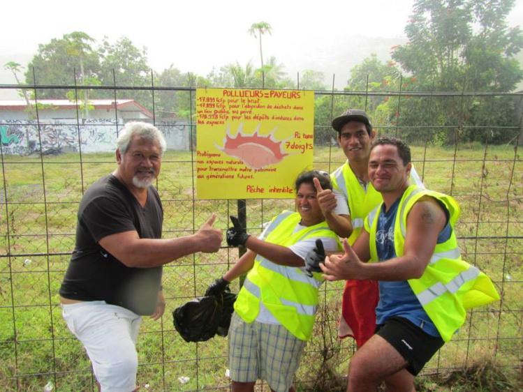 Vavitu Mooria, co-fondateur de l'association, et ses équipes de bénévoles sont toujours motivés pour nettoyer leur plage et arrêter les pollueurs