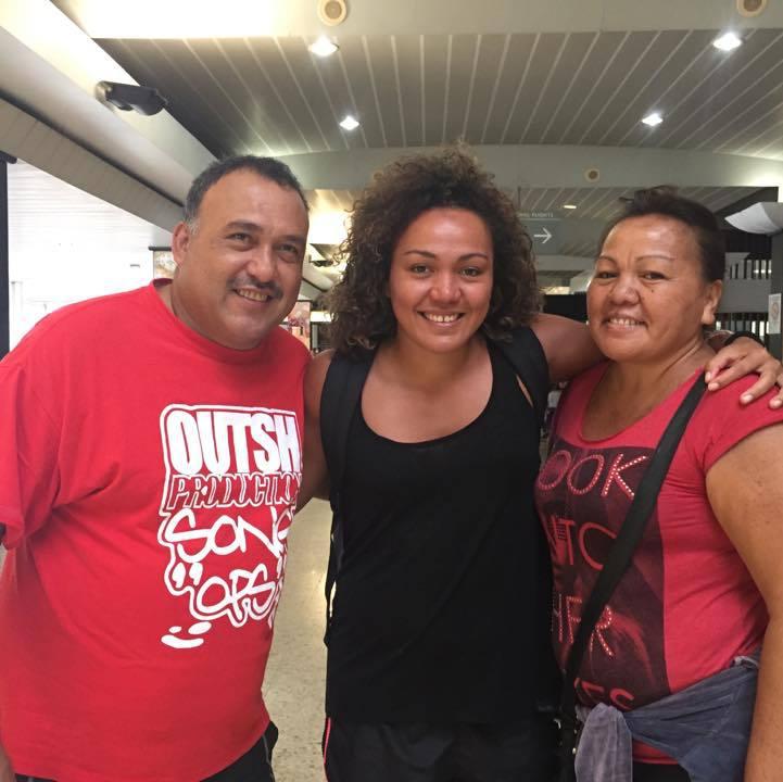 Anne Caroline avec ses parents avant son départ de Tahiti en janvier dernier