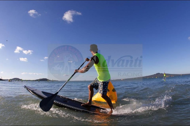 SUP Paddle – City Surf Series NZ : Georges Cronsteadt arrive premier.