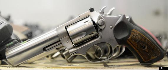 Plusieurs armes ont été saisies, dont deux armes de poing probablement introduites sur le territoire par des plaisanciers (photo d'illustration AFP)