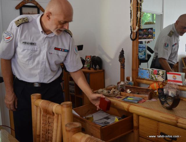 Ne pas laisser de bijoux dans les tiroirs accessibles facilement pour quelqu'un qui entre dans la maison. Trouver une cachette, utiliser un coffre.