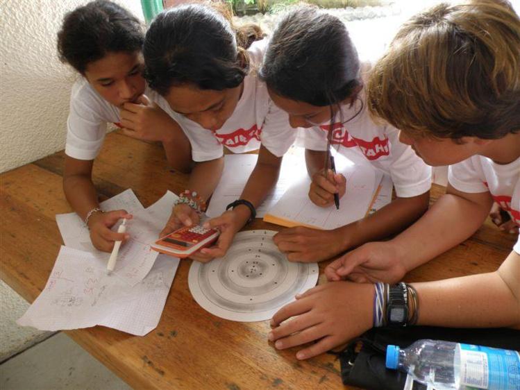 Des écoliers planchent sur un concours de maths (photo : Vice-rectorat)