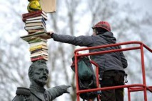 L'artiste Tatzu Nishi perche un inventaire à la Prévert sur la statue d'un général nantais