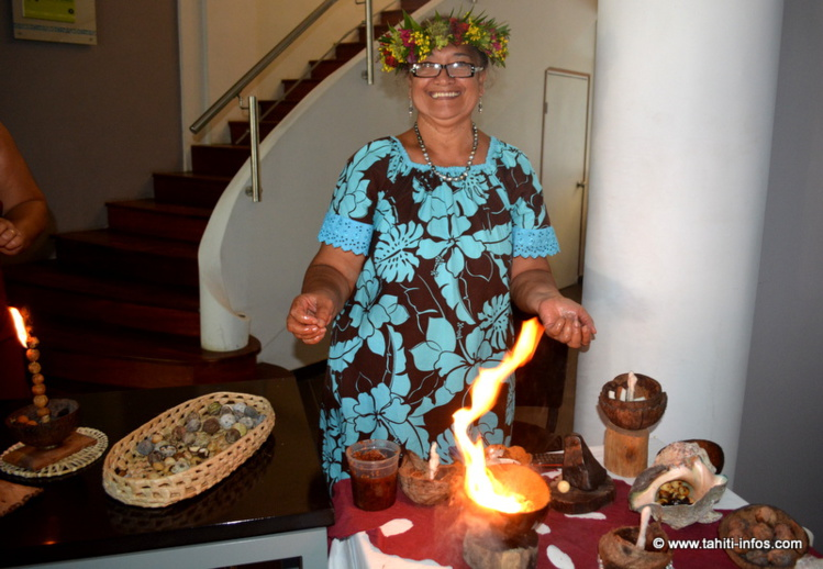 Marie Mariteragi présente sa lampe à l'huile de tamanu