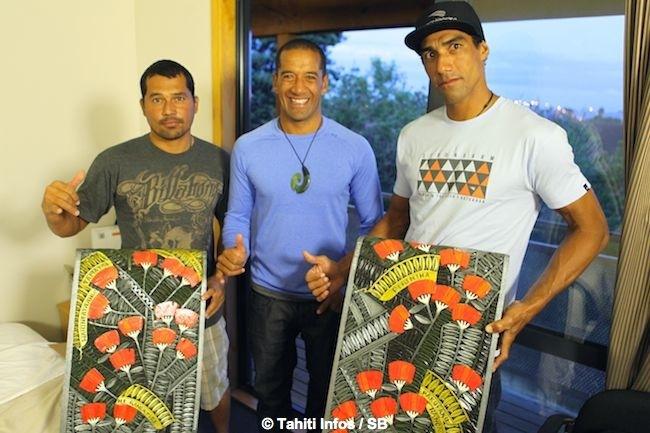 Le Ultimate Waterman 2015 Daniel Kereopa offre une oeuvre maori symbolique aux deux Tahitiens. (& Diaporama final)