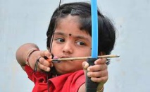 Une petite Indienne de 2 ans bat un record de tir à l'arc