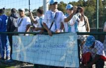 Une partie des supporters tahitiens de l'OM au centre d'entraînement de la Commanderie ce mardi, sous le généreux soleil provençal (Photo 20 Minutes.fr)