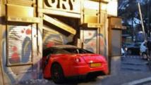 Il confie sa Ferrari à un voiturier... qui défonce une vitrine