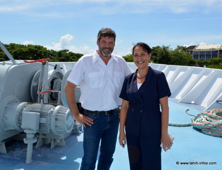 Le commandant Philippe Moimeaux avec la ministre de la recherche Tea Frogier près des ancres du navire