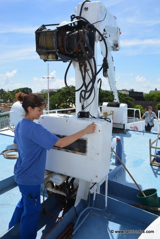 L'officier mécanicien Vicky, seule femme officier à bord. Elle était en train de s'occuper de la grue à vivre, qui sert à charger la nourriture à bord