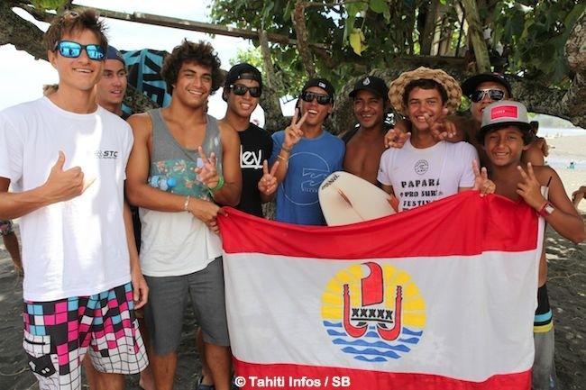 Mateia Hiquily avec les autres excellents surfeurs de sa génération