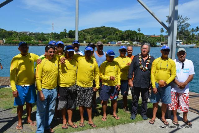 Une partie des sauveteurs en mer de Vaitupa –ils sont 30 au total- avec le navigateur Olivier de Kersauson qui connait parfaitement les traitrises du Pacifique et le sens de la solidarité des gens de mer.