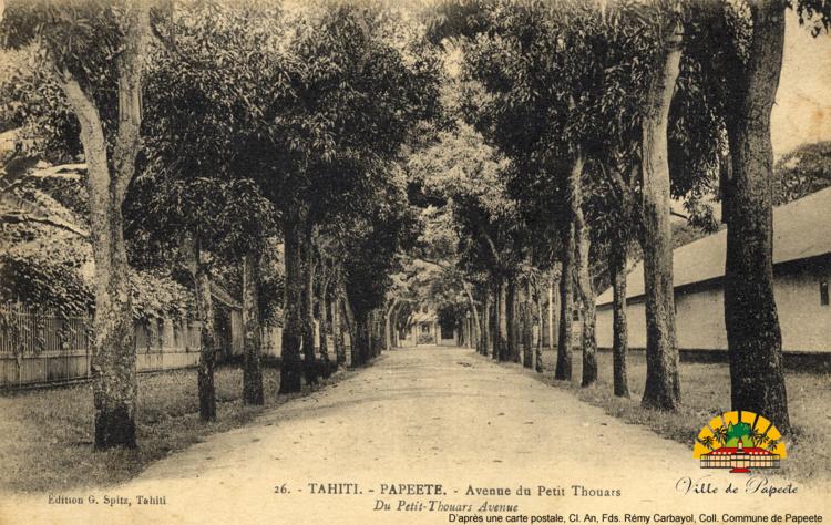 Avenue du Petit-Thouars vers 1910. Crédit : D'après une carte postale, Cl. An, Fds. Rémy Carbayol, coll. Commune de Papeete