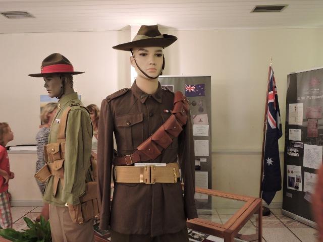 Uniformes, ceinturon, médaille, canif, rasoir, miroir... sont exposés. Derrière le rappel historique de l'Anzac Day, on découvre aussi le destin de ces hommes partis combattre auprès des Français.