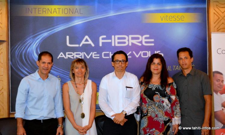 Yannick Teriierooiterai (directeur de Vini), Véronique Ampournales (chef de projet chez Vini), Marc Chapman (président du CA de l'OPT), Vairani Davio (chef de projet OPT) et Tehina Thuret (directeur télécoms à l'OPT)