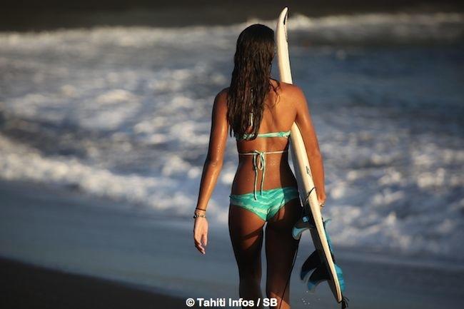 Vaimiti Teiefitu – Portrait : Un mannequin qui surfe et qui a la tête bien remplie.