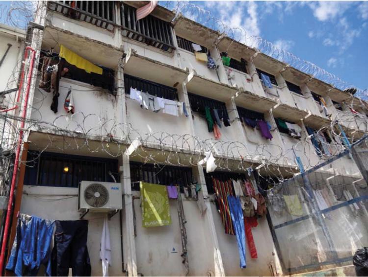 """Le centre pénitentiaire de Nuutania a été construit en 1970. La capacité totale est de 165 places. Au moment de la mission, 432 personnes y étaient hébergées. 201 en maison d'arrêt pour 54 places, soit une surpopulation de 372,2% """"toujours la pire de France"""". En centre de détention pour les personnes condamnées 231 détenus entassés dans 111 places soit une surpopulation de 208,1%.            Extrait du rapport """"A l'extérieur des ouvertures, des fils sont tirés qui permettent d'étendre le linge, ce qui donne en permanence aux façades un aspect très coloré""""."""