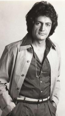 Sa voix de baryton et son look à la Mike Brant ont permis à Gabilou de pénétrer dans le showbusiness parisien dans les années 1970.