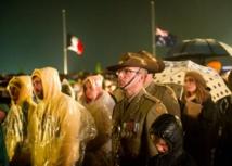 Un Australien lors des cérémonies commémorant le 100e anniversaire de la bataille de Gallipoli durant la Première Guerre mondiale, le  25 avril 2015, à Villers-Bretonneux en France. Photo : AFP