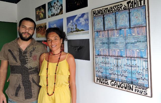« Je suis revenue il y a deux ans à Tahiti après 10 ans à Berlin. J'ai constaté un manque énorme pour promouvoir les artistes », confie Mateata Peirsegaele, aux côtés du webmaster Yannick Peyronnet.