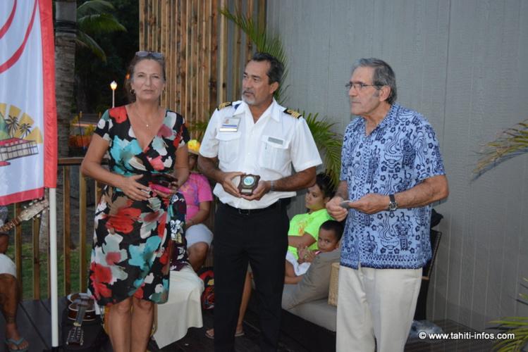 Stéphanie Betz (qui organisait un cocktail de bienvenue au nom de la Mairie de Papeete et de Tahiti Tourisme), François Chaumette (capitaine du Port) et Jimmy Cornell (organisateur de la Blue Planet Odyssey) ont échangé de petits cadeaux.
