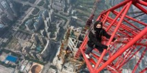 """Deux """"spidermen"""" escaladent l'une des plus hautes tours du monde"""