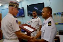 Le Général Luc du Perron de Revel, commandant supérieur des forces armées de la Nouvelle-Calédonie (FANC), rencontre les marins fidjiens. (Crédit photo : Ambassade de France à Fidji)